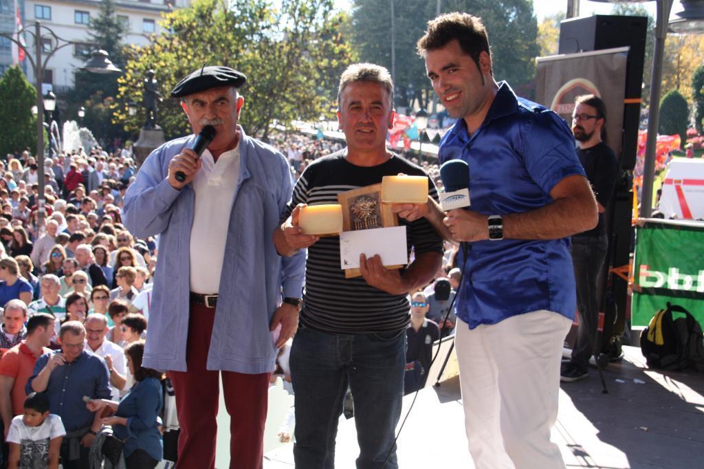 Marko, Mikel Etxezarreta (gazta irabazlearen ekoizlea) eta Xaibor